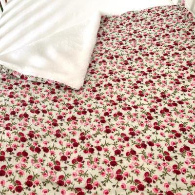 Couverture avec motifs fleuris rose et bordeaux